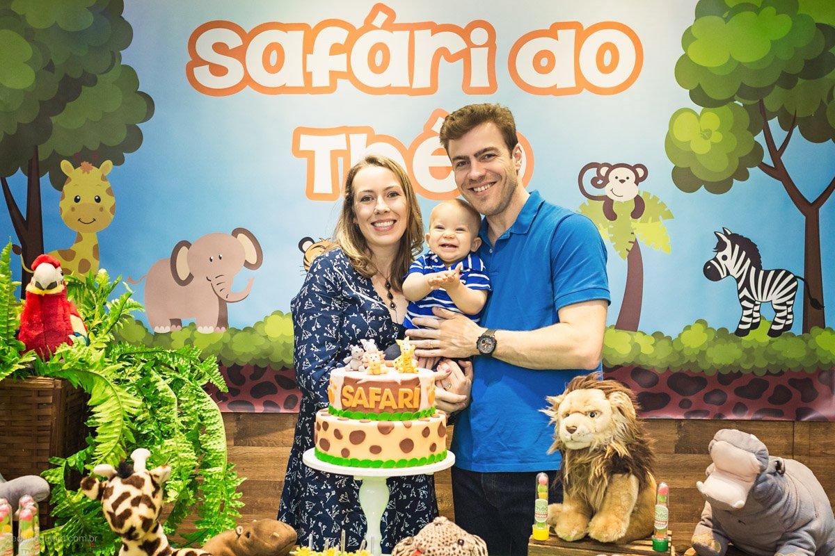 Aniversário de 1 ano do théo registrado pelo fotógrafo de festa infantil RJ Edu Nogueira num lindo cenário de safari nessa festa maravilhosa