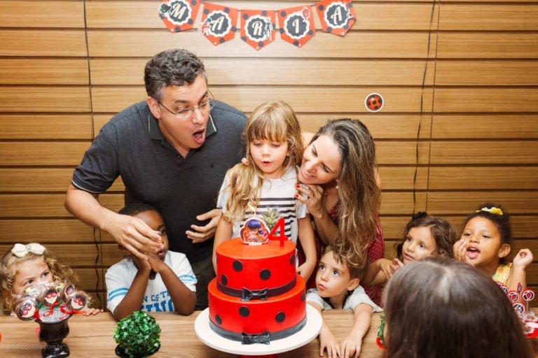 Aniversário de 4 anos da Maria registrado pelo fotógrafo de festa infantil RJ Edu Nogueira num lindo cenário da Ladybug nessa festa maravilhosa